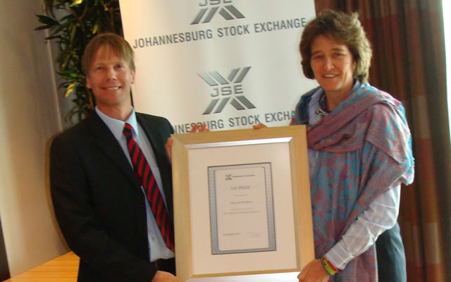 Winner Deon van der Merwe and JSE CEO Nicky Newton-King